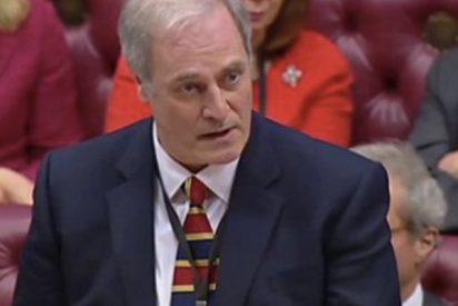 Este lord británico renuncia tras llegar con un minuto de retraso