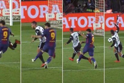 Luis Suárez protagoniza otra nueva agresión sin balón, que se quedó sin tarjeta