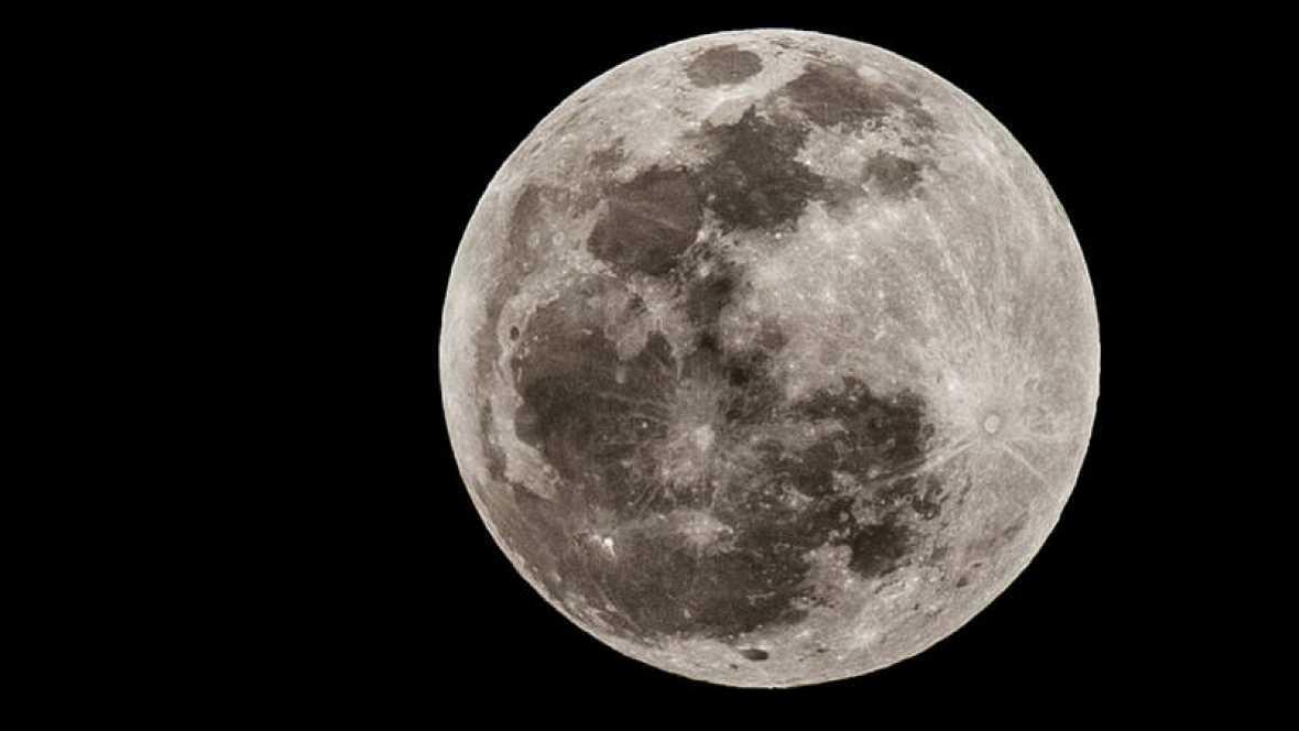 ¿Sabías que hay agua en la Luna a cualquier hora y en cualquier latitud?