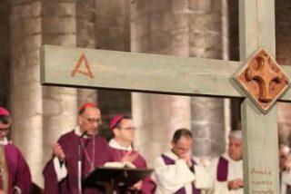 """El cardenal Omella venera la cruz de Mosul: """"¿Sabemos reconocer a Jesús en aquél que padece?"""""""
