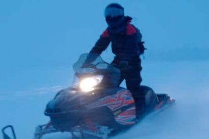 Por esto es muy mala idea ir con una motonieve por un lago helado