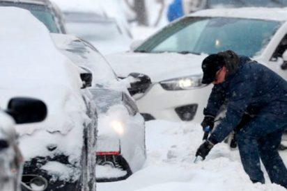 """Moscú desaparece bajo medio metro de nieve tras la """"nevada del siglo"""""""