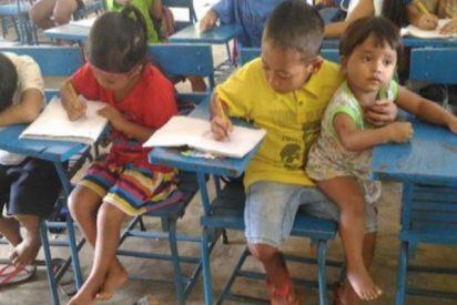 La foto de este niño filipino en el colegio con su hermana en brazos ha dado la vuelta al mundo
