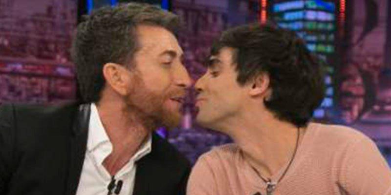 Pablo Motos le 'come la boca' a Javier Ambrossi en directo