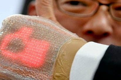 Los japoneses crean una pantalla elástica ultradelgada ajustable a la piel para medir signos vitales