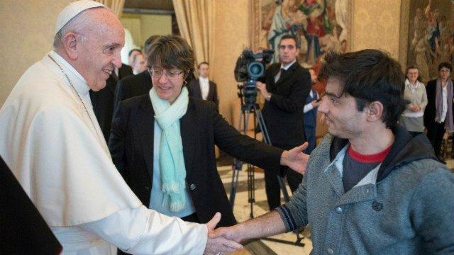 El Papa llora con un joven abandonado por su madre