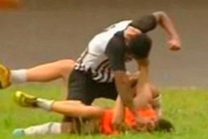 La 'paliza brutal' de un fornido futbolista a un pobre recogepelotas