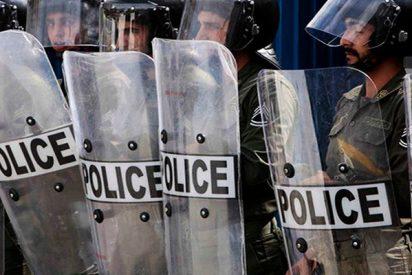 Así arrolla y mata un autobús a varios policías en las manifestaciones de Teherán
