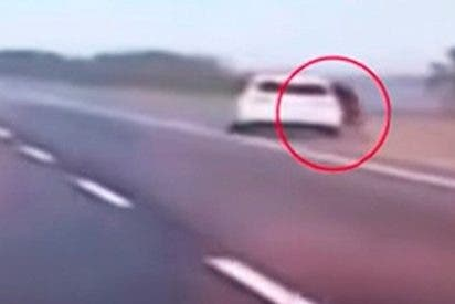 Esta mujer discute con su pareja, salta del coche a casi 100 km/h y sobrevive