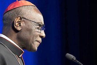 """Cardenal Sarah: """"Comulgar en la mano es un ataque diabólico a la Eucaristía"""""""