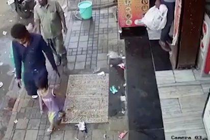 Así es el momento exacto en que un secuestrador rapta a una niña en India