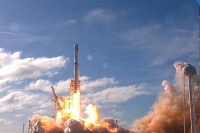 Space X lanza con éxito su supercohete Falcon Heavy y recupera sus primeras etapas