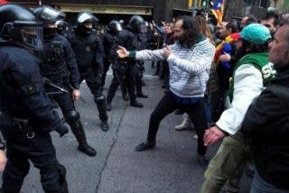 El catabatasuno que se cree Kárate Kid enfrentándose a la Policía con un bailecito ridículo