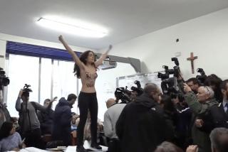 La activista de Femen le monta el pollo a Berlusconi