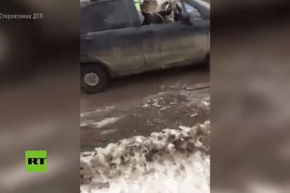 Rusa borracha destroza su coche con un hacha en presencia de su niño