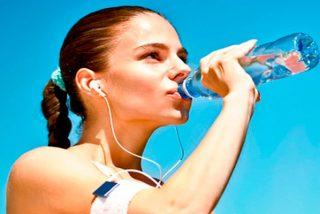 El agua embotellada contiene el doble de microplásticos que el agua del grifo