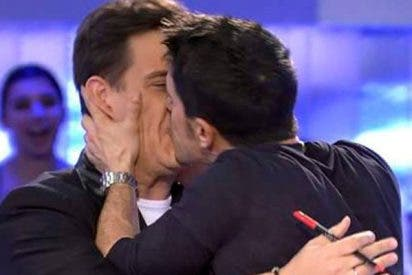 Alejo Sauras le come toda la boca a Christian Gálvez
