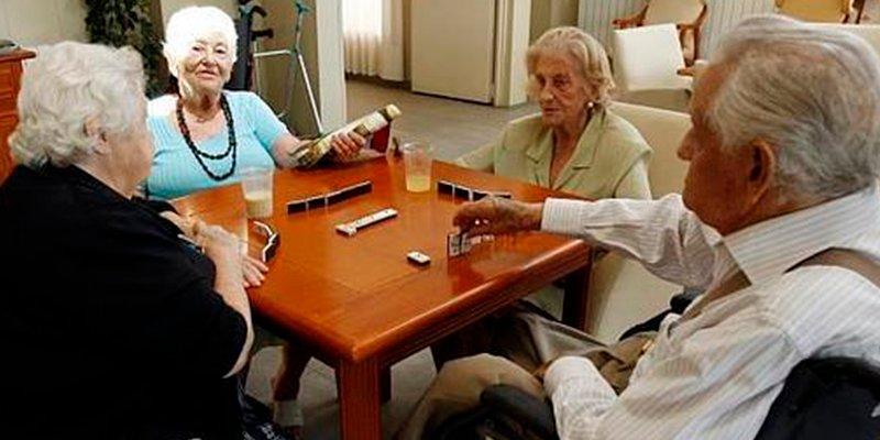 ¿Sabías que los juegos de mesa potencian el contacto social y la comunicación en personas mayores?