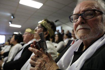A Dios rezando... y con el rifle apuntando
