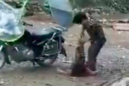 Este hijo de perra ata de una pierna a su hija para luego arrastrarla con la motocarro