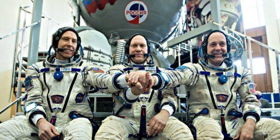 Dos astronautas estadounidenses y uno ruso van ahora camino de la Estación Espacial