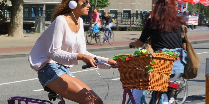 Conducir con la música alta o usar cascos en la bici te puede costar hasta 2.400€
