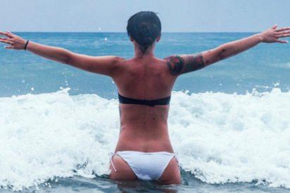 Posaba alegremente en bikini para una foto y una ola gigante se la traga