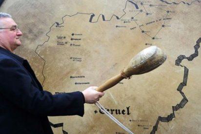 En Teruel lo flipan con su obispo y el bombo más grande del mundo con el que rompe la hora
