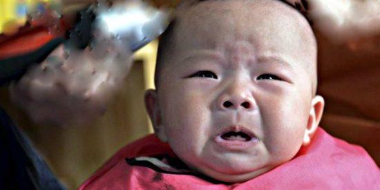 El bebé que cae de un coche en marcha