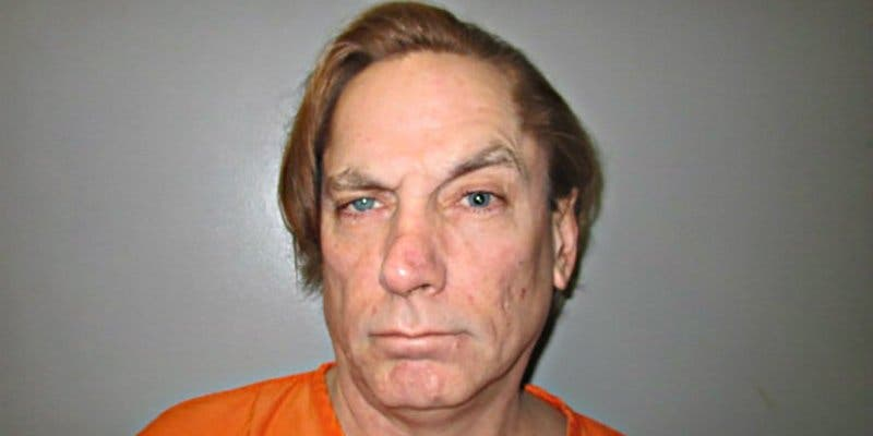 Este tipo termina en prisión tras intentar matar a una cucaracha