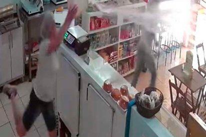Esta dependienta desafía a un atracador con un cubo de agua