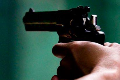 Este policía dispara contra un coche para detener a un sospechoso en EE.UU.
