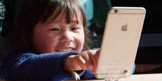 Un niño chino bloqueó un iPhone para los próximos 48 años