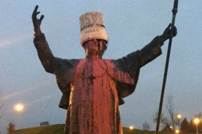 Vuelcan un cubo de pintura sobre una estatua de Benedicto XVI