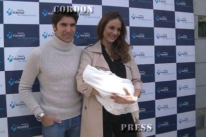 """Eva González y Cayetano Rivera felices con su bebé: """"Ni Cayetanito, ni Cayetano Jr., sino Cayetano"""""""