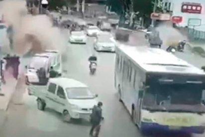 Tras una explosión en una concurrida calle en China los peatones salen volando por los aires
