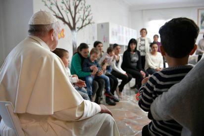 El Papa visita por sorpresa un hogar para detenidas que viven con sus hijos