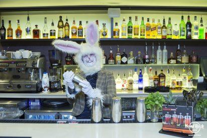 Hard Rock Cafe Barcelona acoge al conejo más rockero para celebrar la Pascua