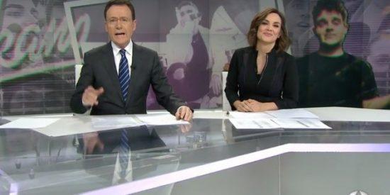 Mónica Carrillo es incapaz de aguantar la risa tras el último chascarrillo de Matías Prats