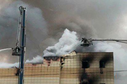 Así intentan escapar de un centro comercial ruso en llamas