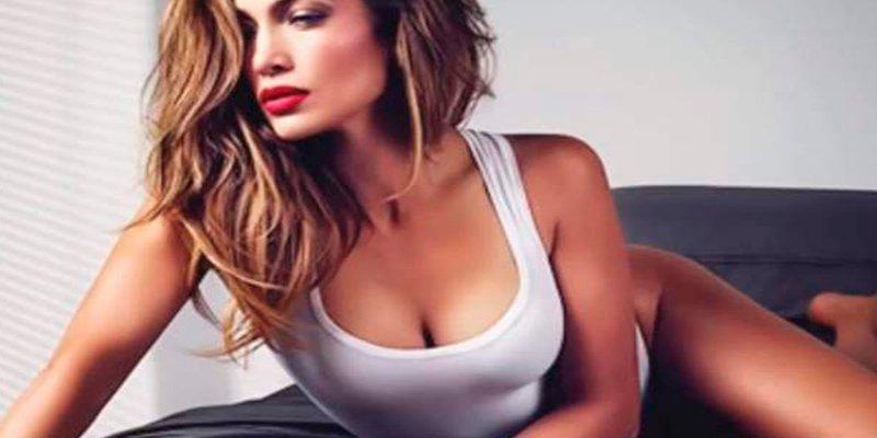 Jennifer Lopez calienta las redes con este escueto top blanco
