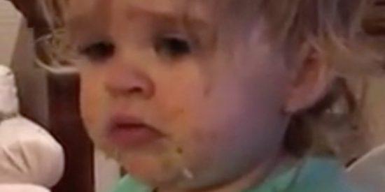 Acusan a una madre de abuso infantil por hacerle probar wasabi a su pequeña hija