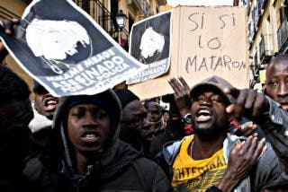 Una banda enloquecida de inmigrantes senegaleses destroza coches en el centro de Madrid