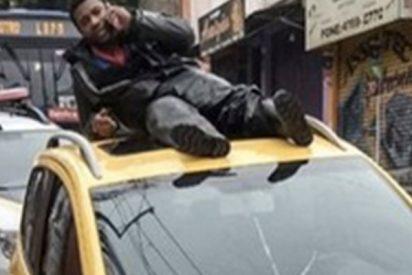 Este motociclista llama a la ambulancia desde el techo del coche que lo atropelló