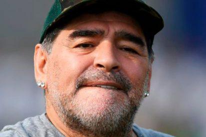 La última payasada de Maradona tras marcar su equipo en el minuto 99