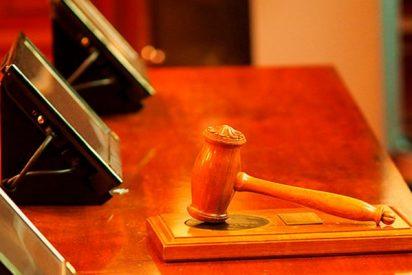 Jueza utiliza un banquillo como ariete para escapar de la sala de un tribunal