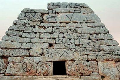 Unos vándalos llenan de pintadas el monumento prehistórico más importante de Menorca