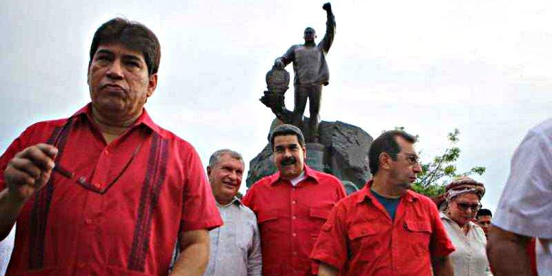 Una multitud enfurecida quema la estatua de Hugo Chávez en su pueblo natal