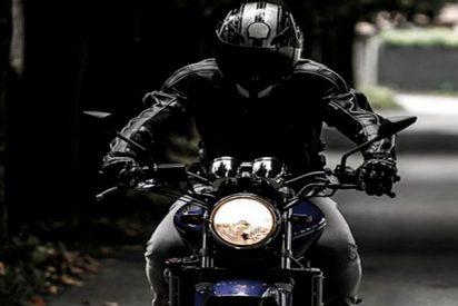 Conducía su moto a gran velocidad, perdió el control, pasó por debajo un camión de 20 metros y sobrevivió
