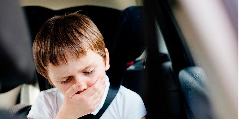 Esto es lo que tienes que hacer si un niño se marea en el coche